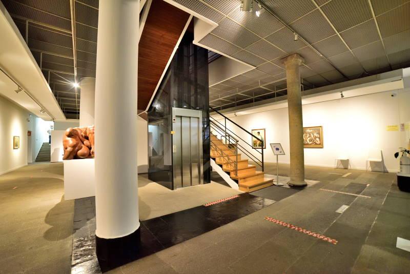 ASCENSOR EN EDIFICIO DE MUSEO MUNICIPAL OURENSE LATERAL